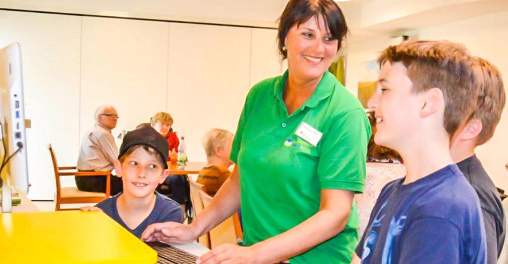 Besuch-im-Pflegeheim-Rhoenblick-kinder